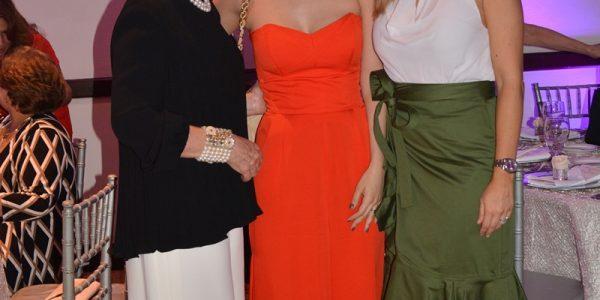 Isabel y Yamileth Chahín junto a Blanca Hawit