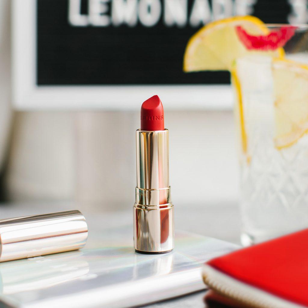 Labios hidratados y vibrantes con Joli Rouge Velvet de Clarins