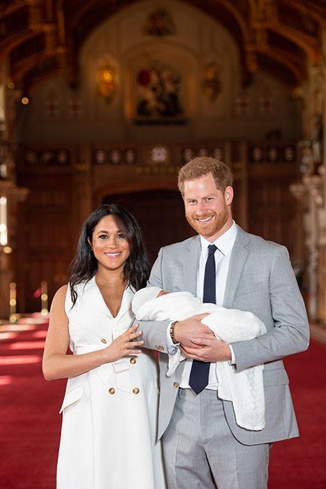 Meghan Markle y el príncipe Harry presentan a su primer hijo al mundo
