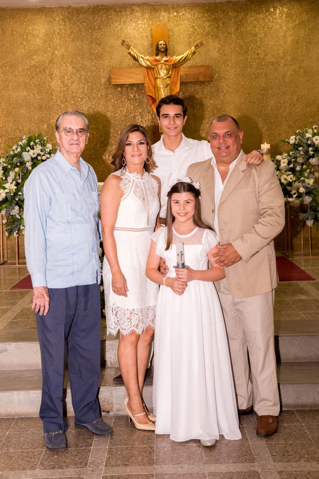 Alessandra Saybe recibe la primera comunión
