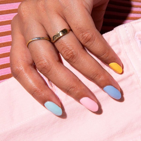 Uñas multicolor: tendencia 2019