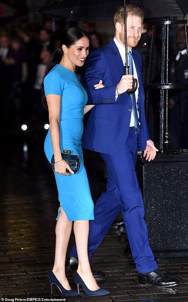 Meghan Markle saluda a Gran Bretaña en su primera aparición pública aquí desde su renuncia