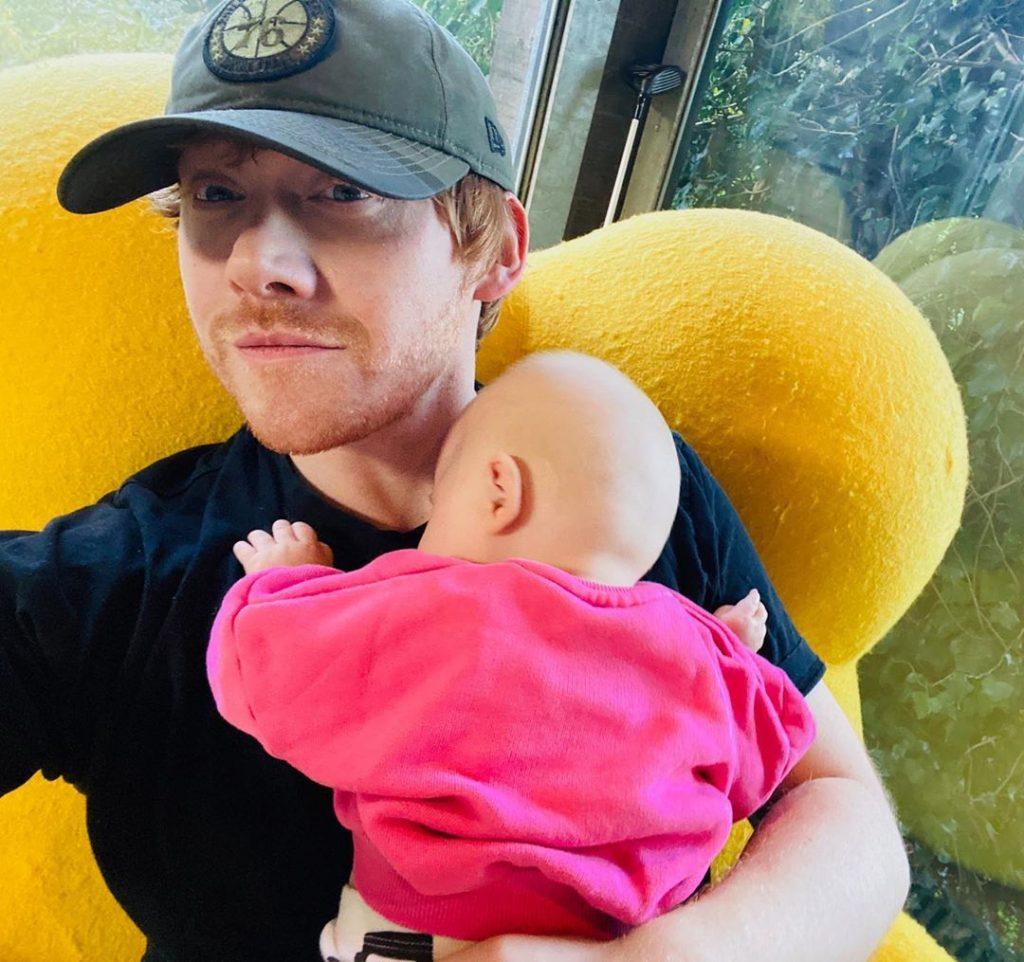 Rupert Grint presenta a su hija en su nuevo perfil de Instagram