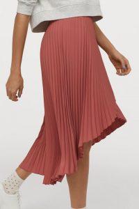 Tipos de faldas plisadas que lucen bien a los 20 y 50 años
