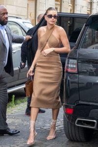 El espectacular look monocromático que uso Hailey Bieber en Francia