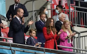 Fotos del príncipe George celebrando la victoria de Inglaterra con sus padres