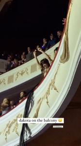 """Chris Martin da una serenata a su """"Universo"""" Dakota Johnson en el concierto de Coldplay en Londres."""